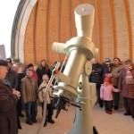 Besucher in der Kuppel bei der Eröffnung der Sternwarte im Rahmen eines Tag der offenen Tür