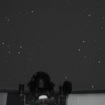 Fotomontage des Planetariumprojektors mit Projektion an der Kuppel