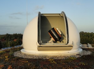 Das große Teleskop bei geöffneter Kuppel